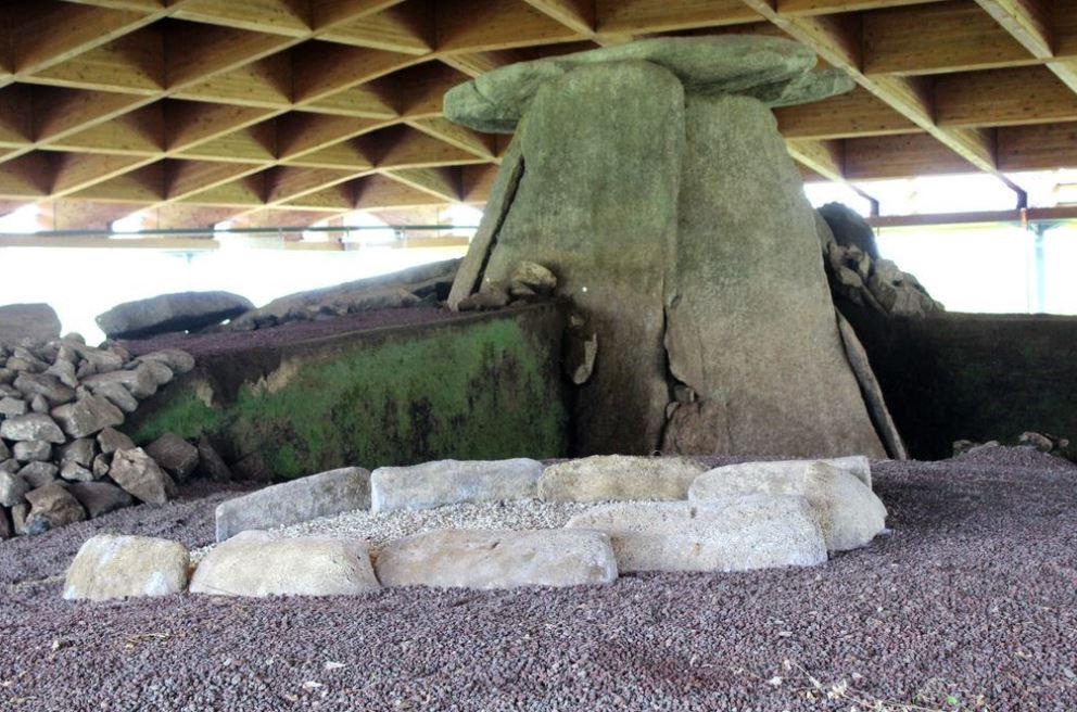 Losas laterales del dolmen de Cabana. Imagen Marta Arias López