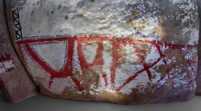 Grabados rupestres dolmen Cabana Bergantinos. Imagen Ángel M. Felicísimo